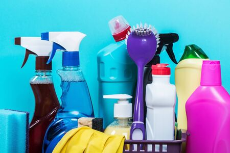 diferentes productos y articulos para la limpieza en la mesada de la cocina. Concepto de limpieza Foto de archivo