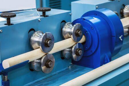 machine à bois pour le tournage et le fraisage de produits en bois dans la production ou la scierie Banque d'images