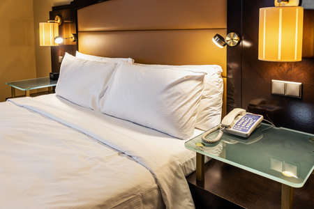 king size bed in the hotel room made for meeting guests Foto de archivo
