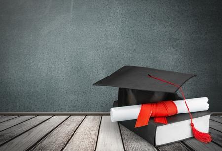 caps: Graduación, Birrete, Diploma.