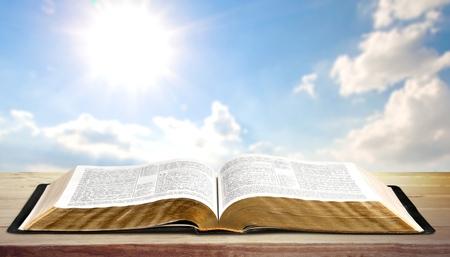 聖書、書籍を開きます。