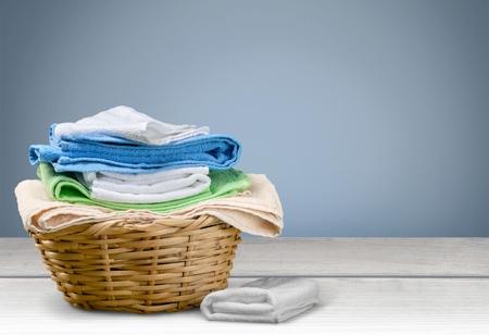 lavanderia: Servicio de lavander�a, Toalla, cesta de lavadero. Foto de archivo