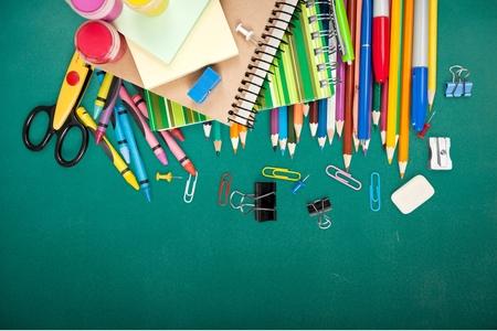 utiles escolares: Escuela, aislado, lápices de colores.