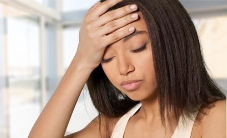 mujer trabajadora: Estrés, dolor de cabeza, Mujeres. Foto de archivo