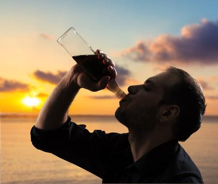 alcoholismo: El alcoholismo, alcohol, alcoh�lico. Foto de archivo