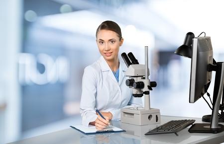 bata de laboratorio: Laboratorio, Microscopio, Asistencia sanitaria y medicina. Foto de archivo