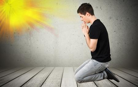 niño orando: Rezar, De Rodillas, Adolescente.