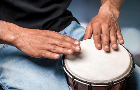bateria musical: Tambor, Cultura africana, Bongo. Foto de archivo