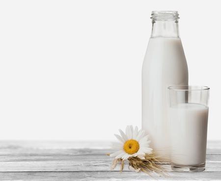 leche: Cart�n de leche, leche, botella. Foto de archivo