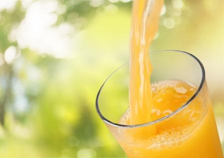 Saft, Orangensaft, Eingießen. Standard-Bild