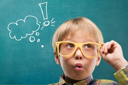 matematicas: Kid, piense, matemáticas.