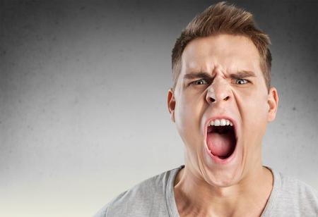 enojo: La ira, la ira, grito.