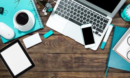 태블릿, 노트북, 책상.