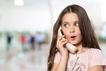 ni�as peque�as: Ni�o, Tel�fono, ni�as peque�as. Foto de archivo