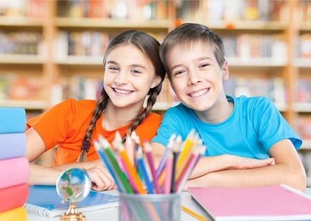 niños en la escuela: Escuela, niño, estudiante. Foto de archivo