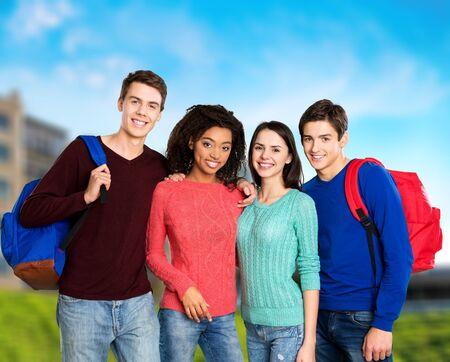 estudiantes adultos: Escuela, estudiantes, grupo. Foto de archivo