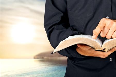 sacerdote: Biblia, sacerdote, predicador. Foto de archivo
