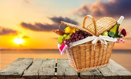 canasta de pan: Cesta de picnic, D�a de San Valent�n, la comida campestre. Foto de archivo