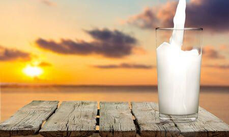 verre de lait: Milk, Glass, Pouring.