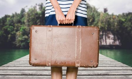 mujer con maleta: Viejo, al aire libre, así.