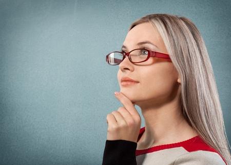 mujeres pensando: Glasses, Women, Thinking.