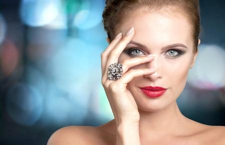 Gioielli, Modella, manicure. Archivio Fotografico - 42369270