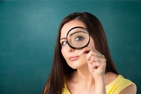 zvětšovací sklo: Zvětšovací sklo, vyhledávání, ženy. Reklamní fotografie