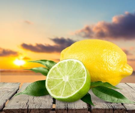 レモン、ライム、柑橘系の果物。