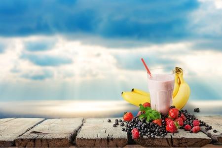 licuado de platano: Batido de frutas, batido de leche, desayuno. Foto de archivo