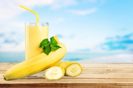 licuado de platano: Plátano, la leche, la rebanada. Foto de archivo