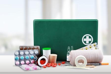 first aid kit: Botiqu�n de primeros auxilios, Primeros Auxilios, vendaje.