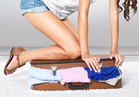 mujer con maleta: Maleta, equipaje, Embalaje. Foto de archivo