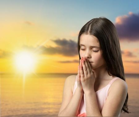 niño orando: Rezar, Niño, Oriental.