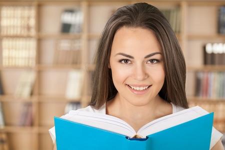 chicas adolescentes: Chica adolescente, adolescente, leyendo.