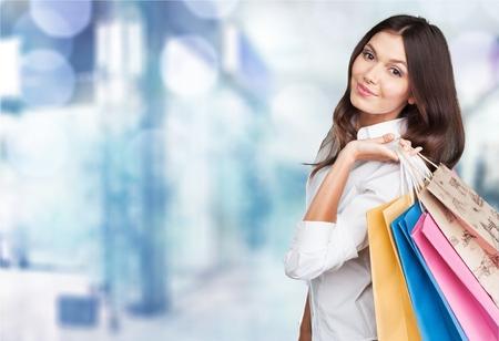 chicas de compras: Ir de compras, venta al por menor, bolsas. Foto de archivo