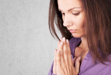 mujer arrodillada: Ruegue, rezo, cristiano. Foto de archivo