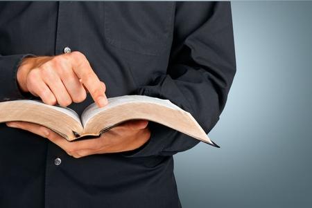 predicador: Biblia, sacerdote, predicador. Foto de archivo