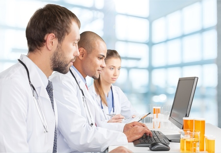 examenes de laboratorio: Laboratorio, Ordenador, doctor. Foto de archivo
