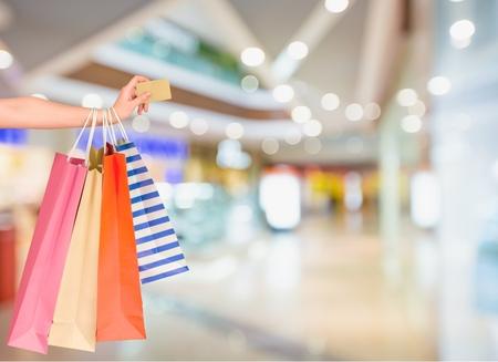 pagando: Tarjeta de crédito, bolso de compras, Ir de compras. Foto de archivo