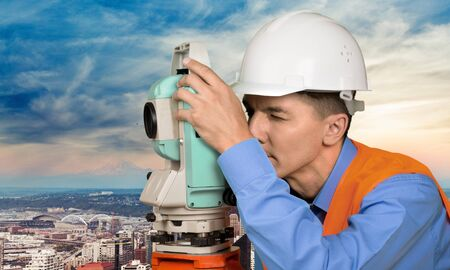 topógrafo: Agrimensor, Ingeniero, Trabajador manual. Foto de archivo