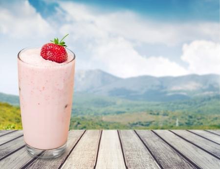 verre de lait: Smoothie, Milk Shake, Fruit. Banque d'images