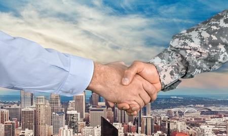 武力、ベテラン、握手。