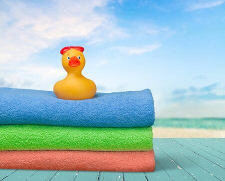 productos de aseo: Pato de goma en las toallas, artículos de tocador, Pila.