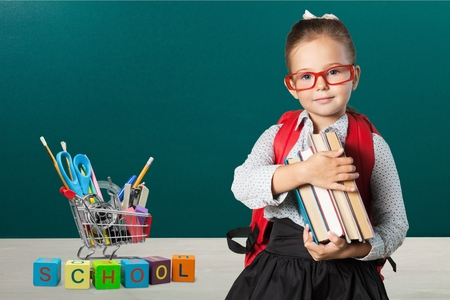 escuelas: Cabrito de la escuela, escuela, chico. Foto de archivo