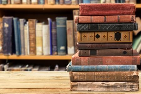 Boeken, oude, gestapeld.