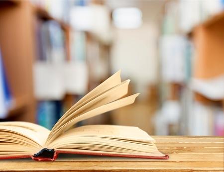 libros: Libro, lectura, gafas. Foto de archivo