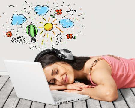 personas escuchando: Auriculares, Música, Ordenador portátil.