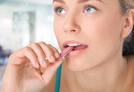 女性を食べる、ガムを噛む。