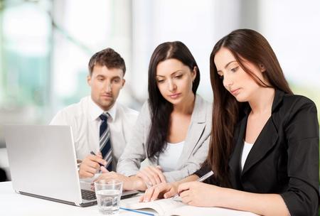 personas mirando: Oficina, Negocio, Personas.