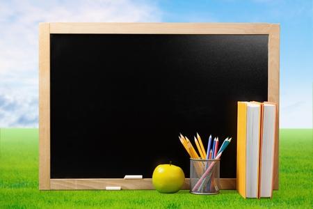 buena postura: Pizarra, Educación, Libro. Foto de archivo